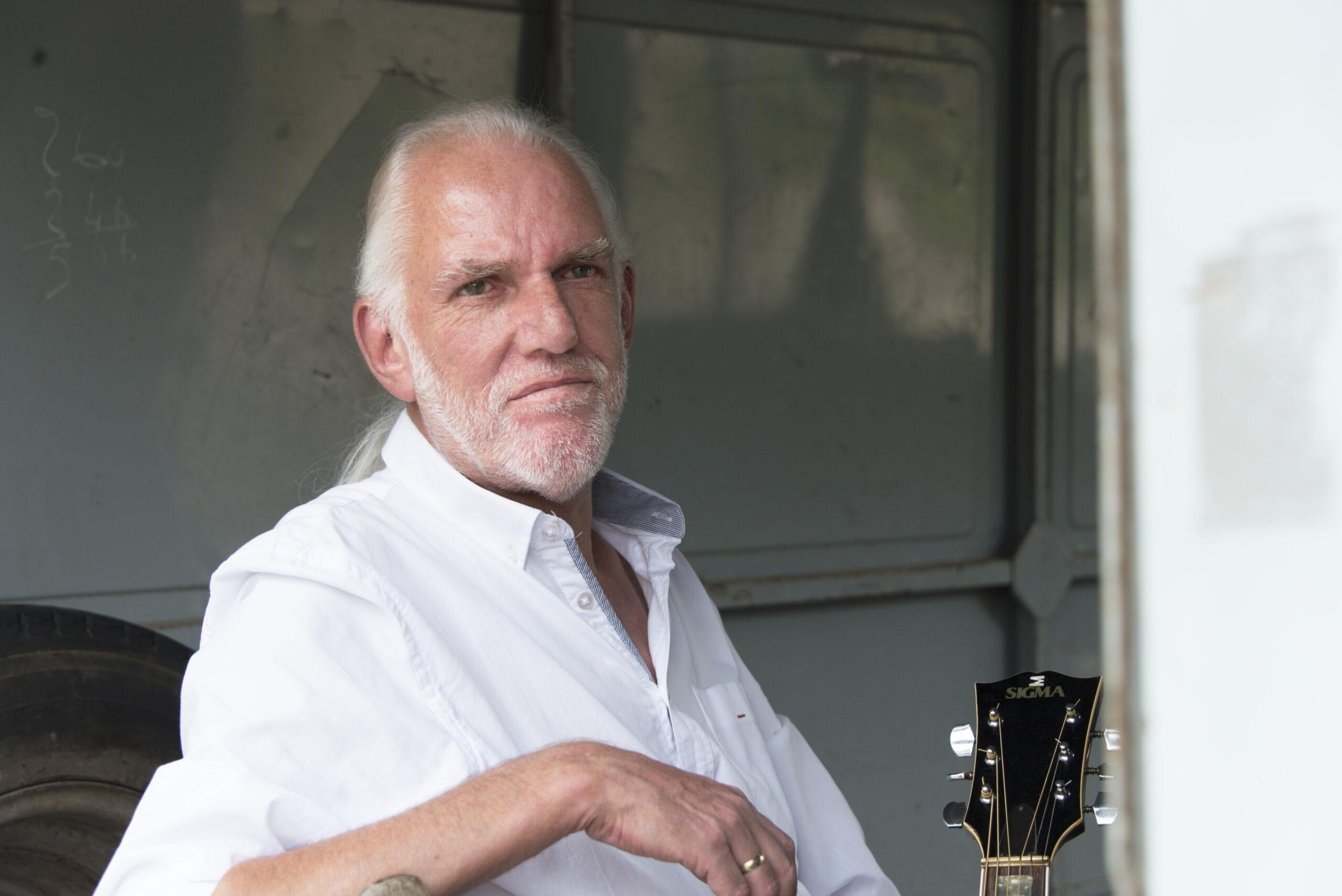 De man, zijn gitaar en zijn liedjes